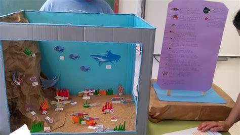 una maqueta con material reciclable ecosistema de centros educativos para la