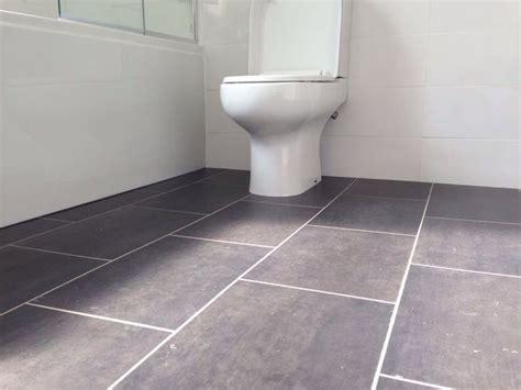 Flooring Ideas For Bathroom by Best 25 Vinyl Flooring Bathroom Ideas On
