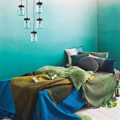 vintage themed bedrooms blue ombre bedroom wall blue