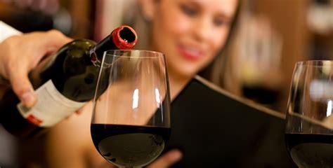 chambrer un vin servir le vin le comment du pourquoi le figaro vin