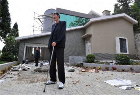 l homme le plus grand du monde a enfin une maison 224 sa