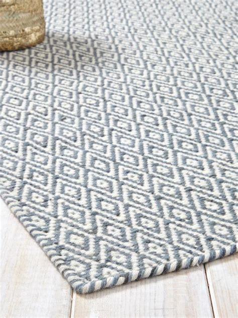 tapis graphique pure laine bleu grise maison vetement