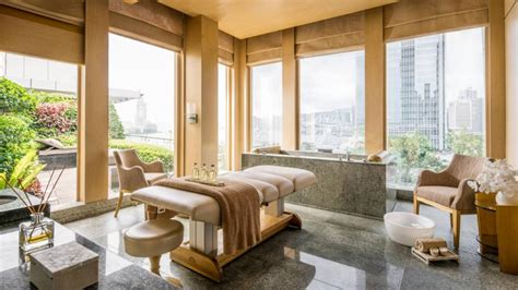 review  seasons hotel hong kong  classic  star stay  shines