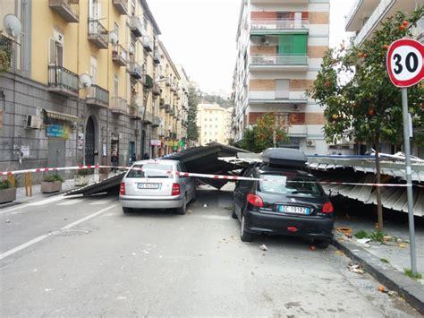 Tettoia In Lamiera by Raffiche Di Vento Paura In Strada Vola Una Tettoia In