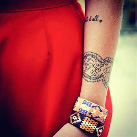 tatouage bracelet  de bras femme modeles  exemples