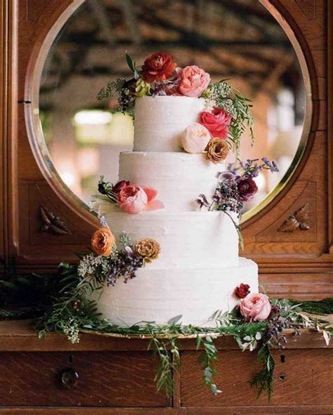 10 Winter Wedding Cakes That Creatively Ice Out Their