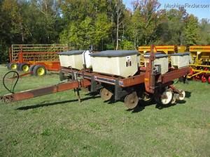 1983 International Harvester 800 4row Planter Planting