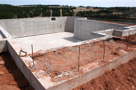 Fertigkeller Mit Garage Kosten by New Basement Foundation Stock Image Image Of House Dirt