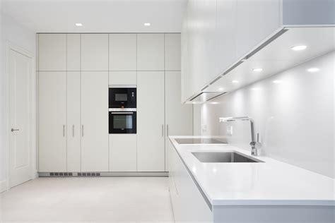 cocinas moretti blanca  pura verticalidad