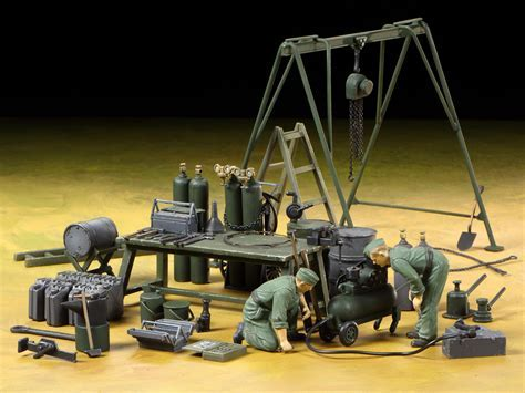 1/35 German Field Maintenance Team & Equipment Set