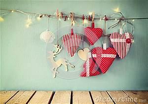 Girlande Weihnachten Beleuchtet : weihnachtsbild von roten herzen und girlande des gewebes beleuchtet und h ngt am seil vor blauem ~ Frokenaadalensverden.com Haus und Dekorationen