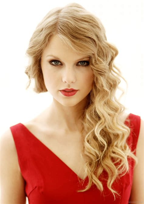 long wavy hairstyle of taylor swift