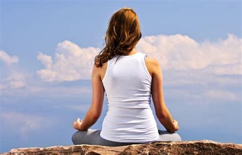 den koerper entgiften mit einfachen yoga uebungen die