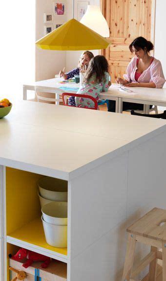 kitchens island vit köksö med en gul led takla ovanför inredning