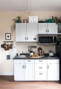 tiny apartment kitchen ideas best 25 kitchenette ideas ideas on