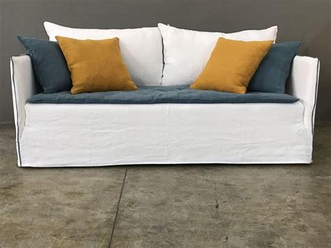 canape boheme canapé en lavé blanc et lavé bleu canard mila version boheme avec finition ganse