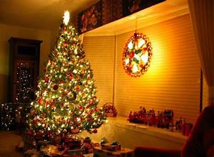 Christmas tree, gifts, garlands, ornaments, toys, home ...