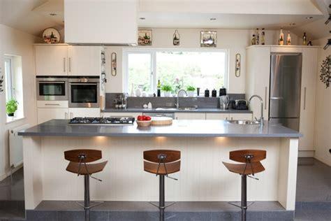 cuisine grise et plan de travail noir plan de travail résine pour une cuisine moderne