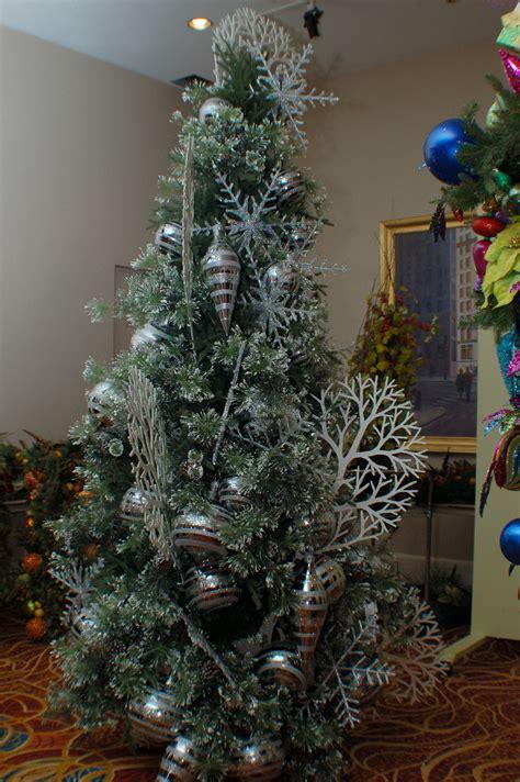2011 christmas tree trends