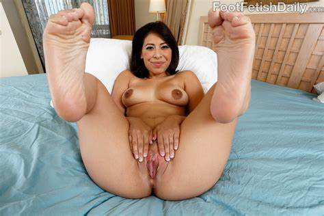 Toes Worshiper Banged A Attractive Brunette Nicole Ferrera Has Her Bald Soles Licked And Anal