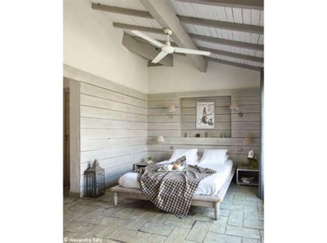 chambre en lambris bois chambre esprit chalet lambris patinés sur les murs en