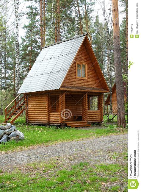 maison en bois dans un bois photos stock image 19475913