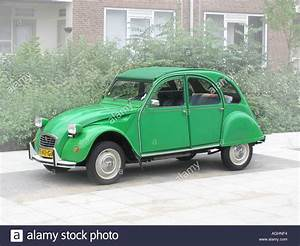 2 Chevaux Citroen : green citroen deux chevaux parked by roadside stock photo royalty free image 4641267 alamy ~ Medecine-chirurgie-esthetiques.com Avis de Voitures