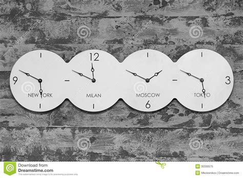 horloge sur le bureau horloge de bureau avec le monde sur le fond noir et blanc