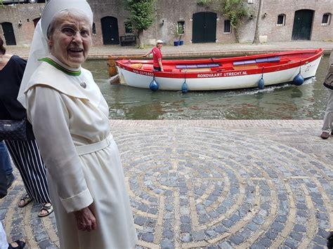 stenen labyrint voor  jaar oude zusterorde nieuws