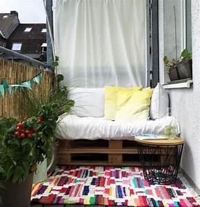 kleinen balkon gestalten wohnkonfetti With balkon teppich mit tapeten farben ideen