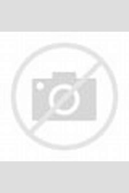 Douce jeune fille sexy et nue dans la balancelle ...
