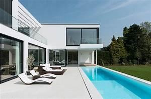 Moderne Häuser Mit Pool : moderne villa mit verr cktem balkon moderne h user moderne villa und traumhaus design ~ Markanthonyermac.com Haus und Dekorationen