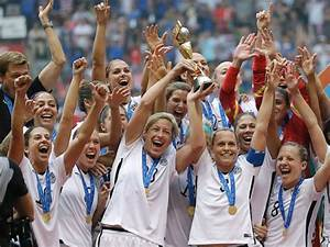 US Women's Soccer Team Parades Down NYC's 'Canyon of ...