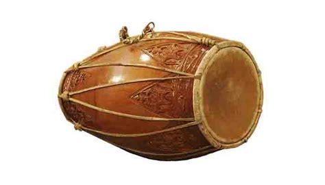 Untuk menghasilkan bunyi dari gambus, kamu hanya perlu memetik senarnya. Alat Musik Membranophone Modern dan Tradisional Lengkap ...