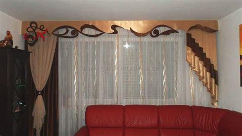 design deko wohnzimmer klassischer wohnzimmer vorhang mit großer schabracke und unterschiedlichen seitenschals in edlem