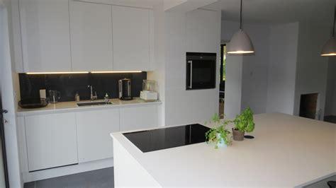 cuisine blanc mat réalisation cuisines couloir modele kiora laque mat