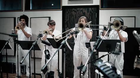 Brass Against versionan el