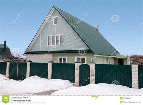 nouvelle maison de cagne avec la mansarde et le toit