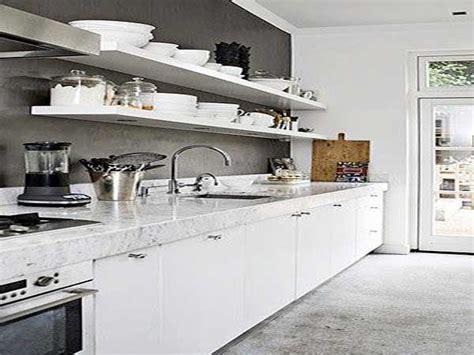 cuisine grise plan de travail blanc plan de travail en marbre blanc dans une cuisine blanche