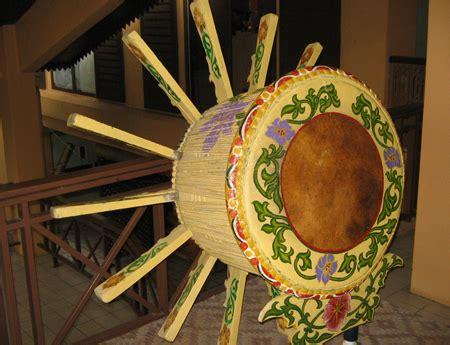 Bebano adalah alat musik perkusi tradisional khas riau yang digunakan untuk mengiringi suara bukoba, yaitu tradisi lisan yang sering ditampilkan pada saat acara pernikahan. Kesenian dan Kebudayaan Riau, Rumah Adat Riau, Pakaian Adat Riau, Senjata Tradisional Riau, Tari ...