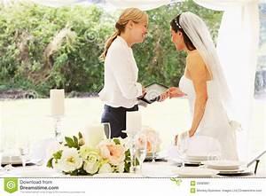 Wedding Planner München : bride with wedding planner in marquee royalty free stock photography image 33083687 ~ Orissabook.com Haus und Dekorationen