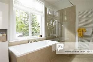 Dusche Neben Badewanne : badezimmer dusche badewanne modern lizenzfreies bild bildagentur f1online 5417312 ~ Markanthonyermac.com Haus und Dekorationen