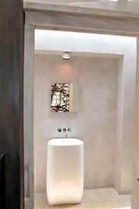 mur en pierre apparente mobilier en bois et plafond en With salle de bain a la chaux