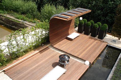 tuin met vijver vlonder en overkapping aanleg vlonder met overkapping workz tuinen