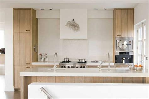 cuisine moderne blanc et bois mitigeur douchette le robinet de cuisine moderne par mgs