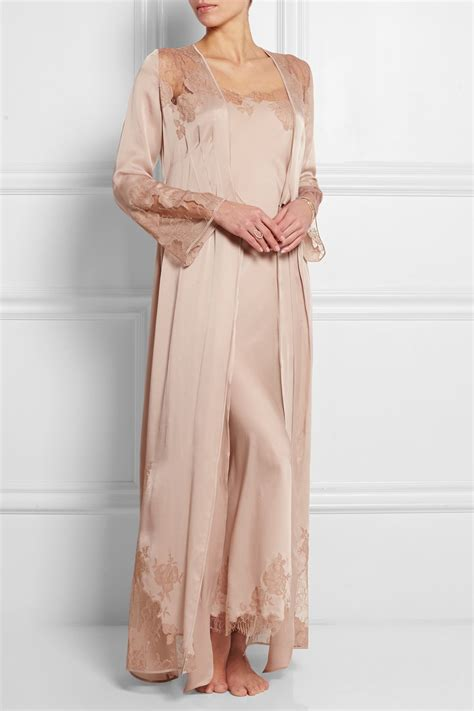 carine gilson chantilly lace trimmed silk satin robe in pink lyst