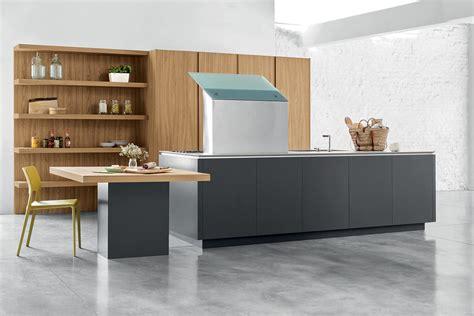 cucine con mensole cucina moderna con isola colonne attrezzate e boiserie