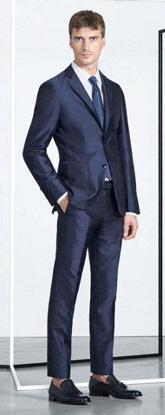 Blauer Anzug, Weißes Hemd, Schuhe Und Krawatte Von Boss