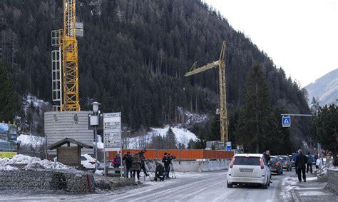 Itālijas Alpos automašīna ietriekusies vācu tūristu grupā ...