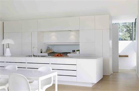 d馗o cuisine blanche cuisine blanche design avec ilot de cuisine équipé d 39 un évier